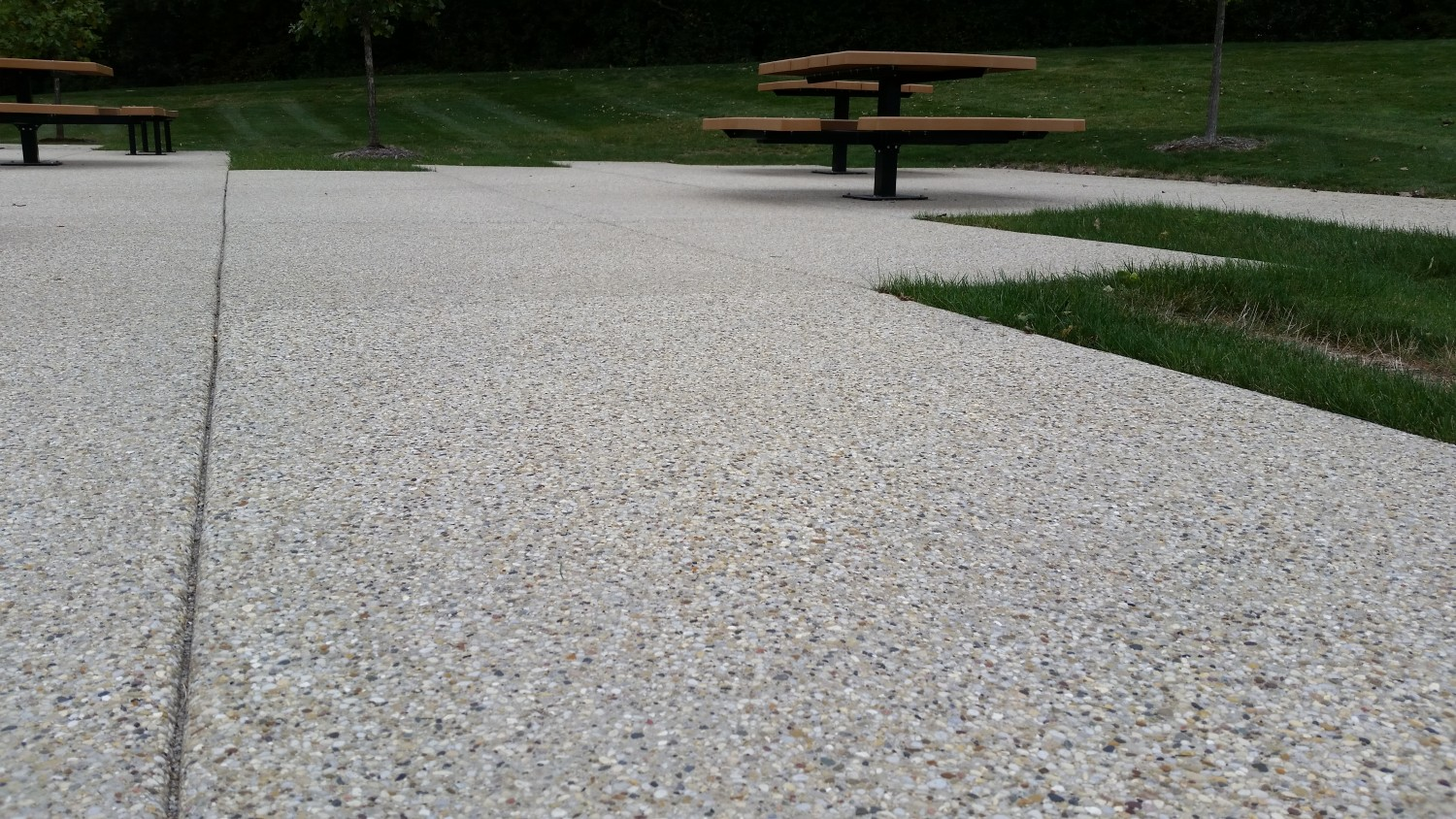 Charmant Exposed Aggregate Patio With Park Tables
